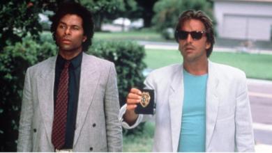 Die TagesKolumne mit Ferrari und weißem Anzug